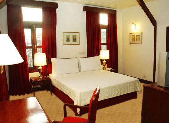 Clarkes Hotel shimla bedroom