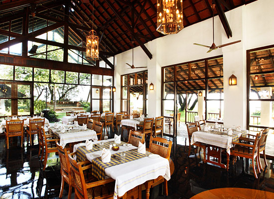 Hotel Punnamada Back Water Resort alleppey dining area