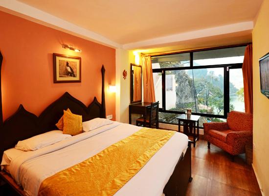 Hotel Himalayas nainital bedroom