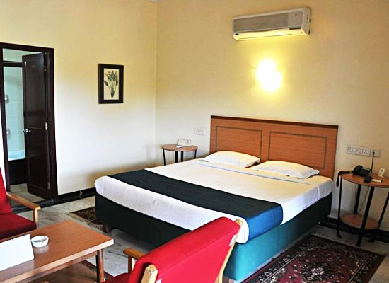 Cama Rajputana Club Resort mount abu bed room